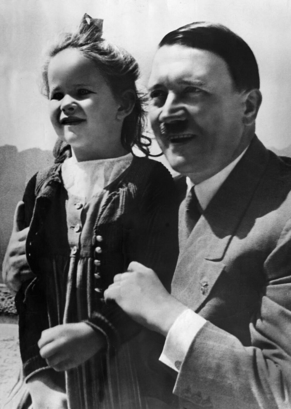 BARNEKJÆR: For rikskansler Adolf Hitler hadde barna stor betydning - og de skulle helst være ariske og hjernevasket til å tjene Det tredje riket. Dette bildet er tatt på 30-tallet og viser Hitler med en ukjent, liten jente. Foto: NTB Scanpix