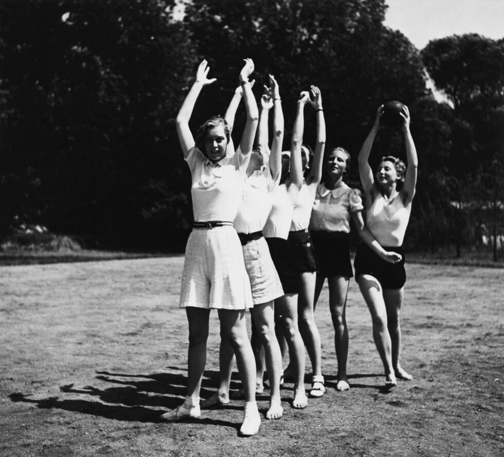 SKOLERT: Disse tyske jentene bodde på Lebensborn-hjemmet i Steinhöring i Tyskland, og fikk opplæring i å hvordan bli den perfekte nazi-kvinne. Bildet er tatt i 1938.  Foto: NTB Scanpix