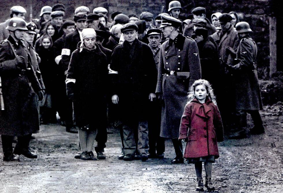 SLIK VI HUSKER HENNE: Oliwia Dabrowska var den eneste i filmen som bar farger. Den røde kåpen ble et sterkt symbol på de mange jødiske skjebnene som havnet i nazistenes grusomme klør. Foto: Moviestore/REX/Shutterstock