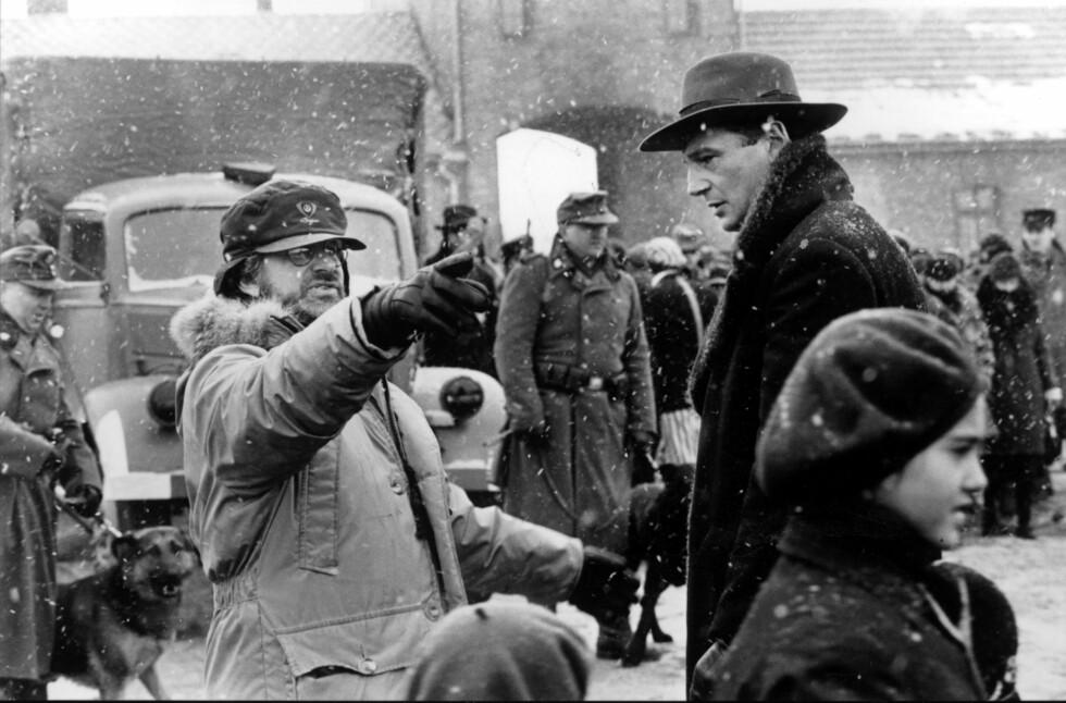 ANNO 1993: Her ser vi regissør Steven Spielberg og hovedrolleinnehaver Liam Neeson under filminnspillingen. Spielberg har selv jødiske aner, og hans familie bosatte seg i Cincinnati, Ohio, etter å ha emigrert fra Ukraina på begynnelsen av 1900-tallet. Foto: Mary Evans Picture / NTB Scanpix