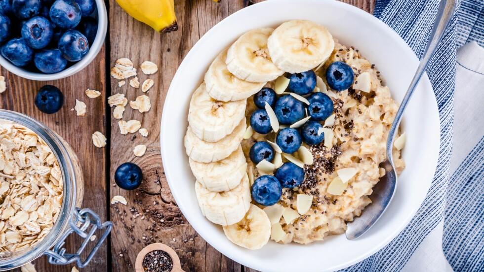 HØYT KOLESTEROL: Grove kornprodukter (som havre), frukt, grønnsaker, nøtter, frø, bønner, magre kjøttkilder (som kylling) og planteoljer er blant matvarene som kan ha en positiv innvirkning på kolesterolnivåene dine.  Foto: NTB scanpix
