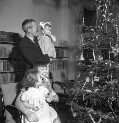 DET HAN DRØMTE OM: Forfatteren Arnulf Øverland fotografert med familien i forbindelse med julefeiring i 1949. Da han satt fanget i konsentrasjonsleiren Sachsenhausen i Tyskland i perioden 1942 til 1945 var det dette han drømte om at han én dag skulle få oppleve. Døtrene Åsil og Eli er født etter frigjøringen. Foto: NTB Scanpix
