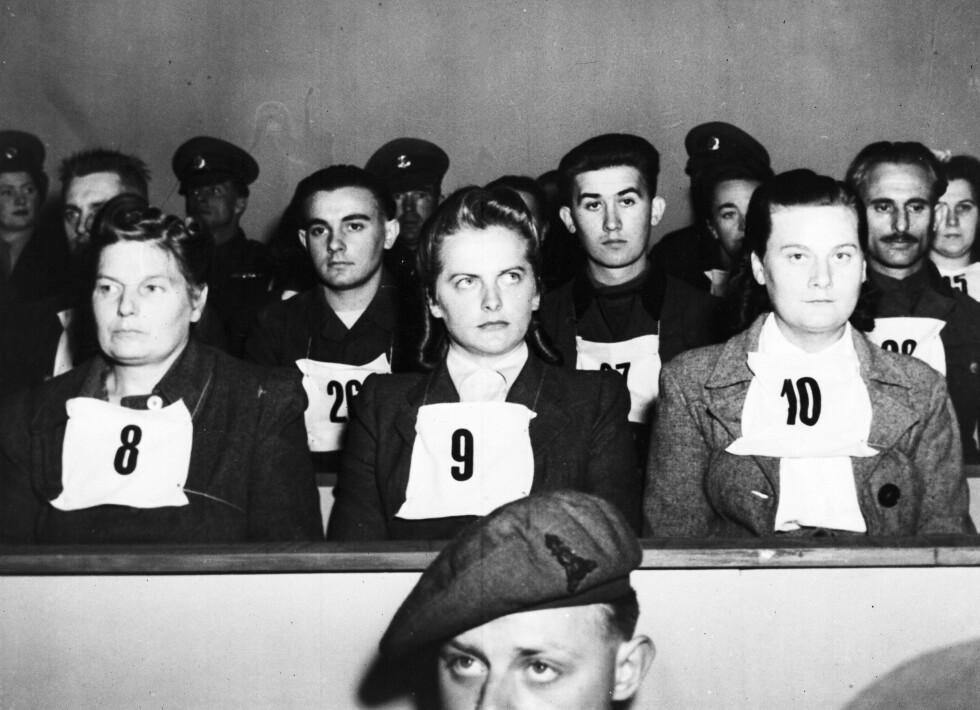 DØMT: Irma Grese (nr. 9), Hertha Ehlert (nr.8) og Ilse Lithe (nr. 10) under Belsenprosessen i 1945. Foto: NTB Scanpix