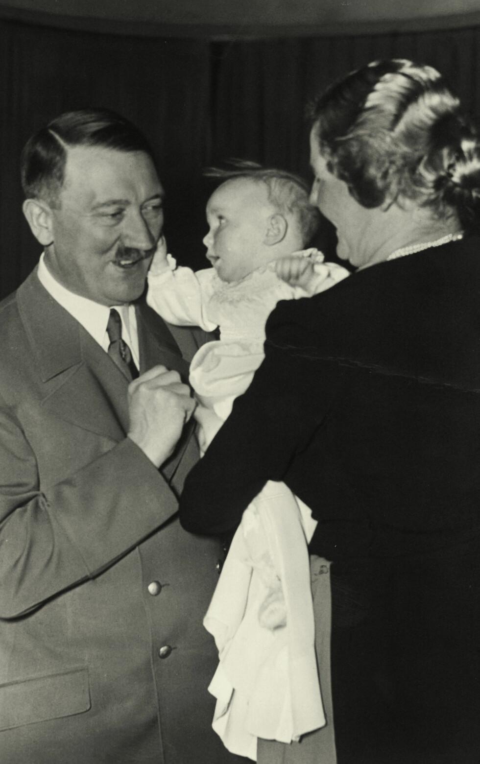GUDFAR: Adolf Hitler fikk det ærefulle oppdraget å være gudfar til Edda Göring i 1938 - Emmy og Hermann Görings datter.  Foto: NTB Scanpix