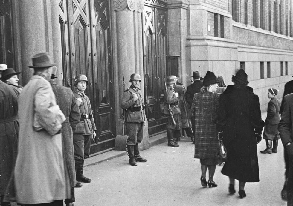 UTENFOR STORTINGET: Tyske styrker har rykket inn i Oslo. Tyske vakter utenfor Stortinget. Fotgjengere passerer forbi. FOTO: NTB