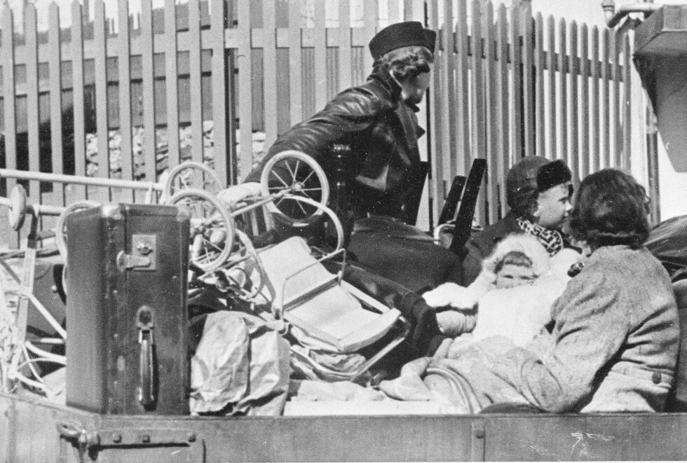 PÅ LASTEBIL: Evakuering av sivilbefolkningen på lastebil på vei ut av byen i Bergen 9. april 1940. FOTO: NTB