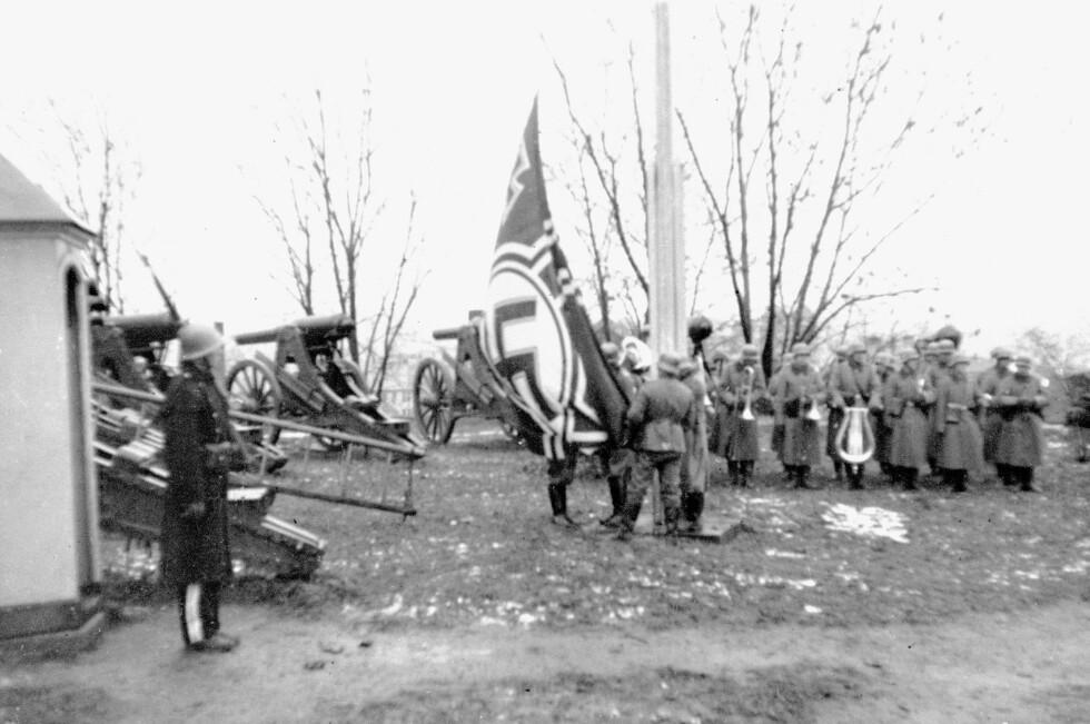 BORT MED DET NORSKE FLAGGET: Hakekorset heises av tyskerne under overtakelsen av Akershus festning 9. april 1940. FOTO: NTB