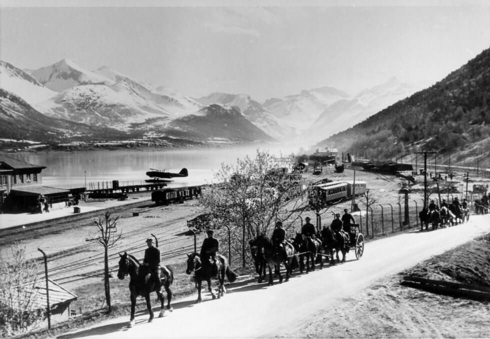 HEST OG KJERRE: Kampene i Sør-Norge, norske tropper ved Åndalsnes, soldater på vei med hester og vogner. Foto:  Foto: NTB scanpix