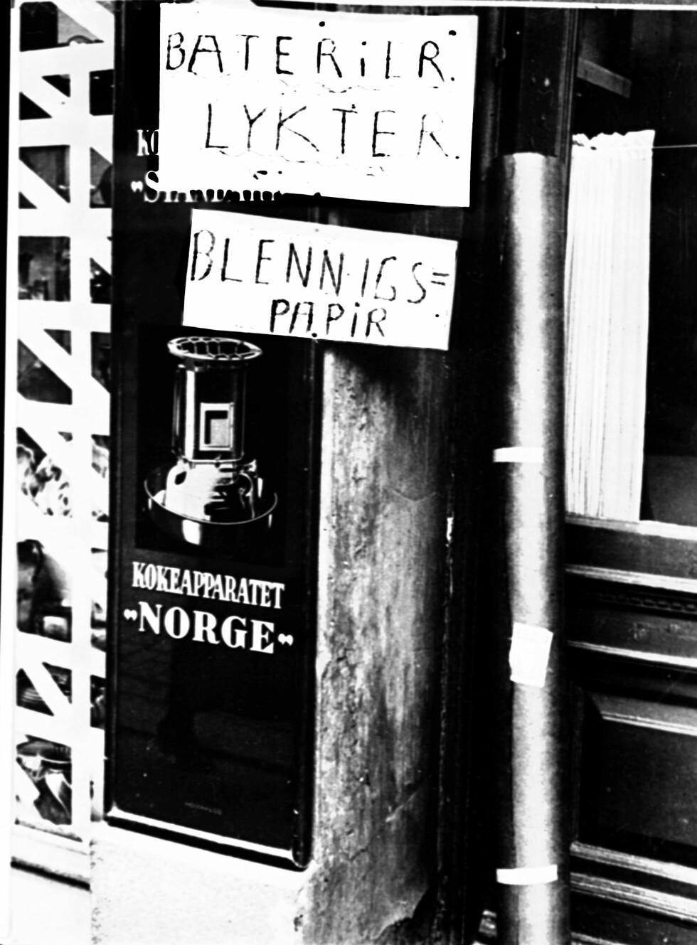 ENDRINGER: Reklame for sivile krigseffekter i en Oslo-forretning de første dagene etter 9. april. Batterier, lykter og blendingspapir er å få kjøpt. Foto:  Foto: NTB scanpix