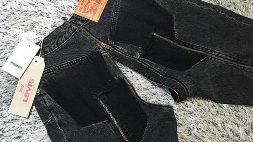 JEANS-HYSTERI: De nye buksene fra samarbeidet til Vetements og Levi's har fått massiv oppmerksomhet - spesielt for hvor de har valgt å plassere glidelåsene sine. Foto: Skjermdump fra Instagram / @vetements_official