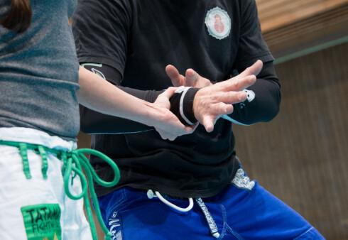 HÅNDLEDDSGREP: Blir man grepet rundt håndleddet, skal man presse albuen mot overgriperen og dra armen ut mellom hans tommel og pekefinger.