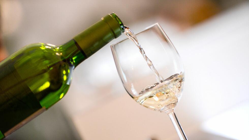 """SUKKER I VIN: Den siste tiden har det vært et hett tema at vinflasker ikke er bedre merket. For eksempel får du ikke vite noe om sukkerinnholdet, men du kan få vite mye av om den er """"dry"""", """"medium dry"""", """"medium sweet"""" eller """"sweet"""". Foto: NTB Scanpix"""