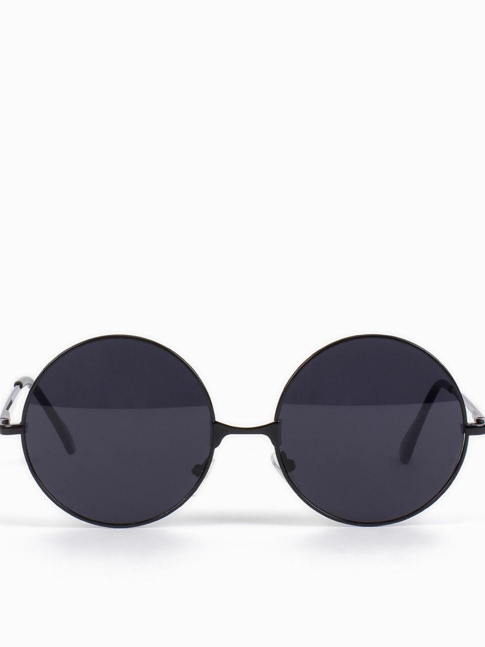 <strong>RUNDE SOLBRILLER:</strong> Har du et langt ansikt, kan du absolutt kle disse brillene! Det er også en form som heter panto, som fortsatt er ganske rund, men flates litt ut på toppen.  Foto: Nelly.com