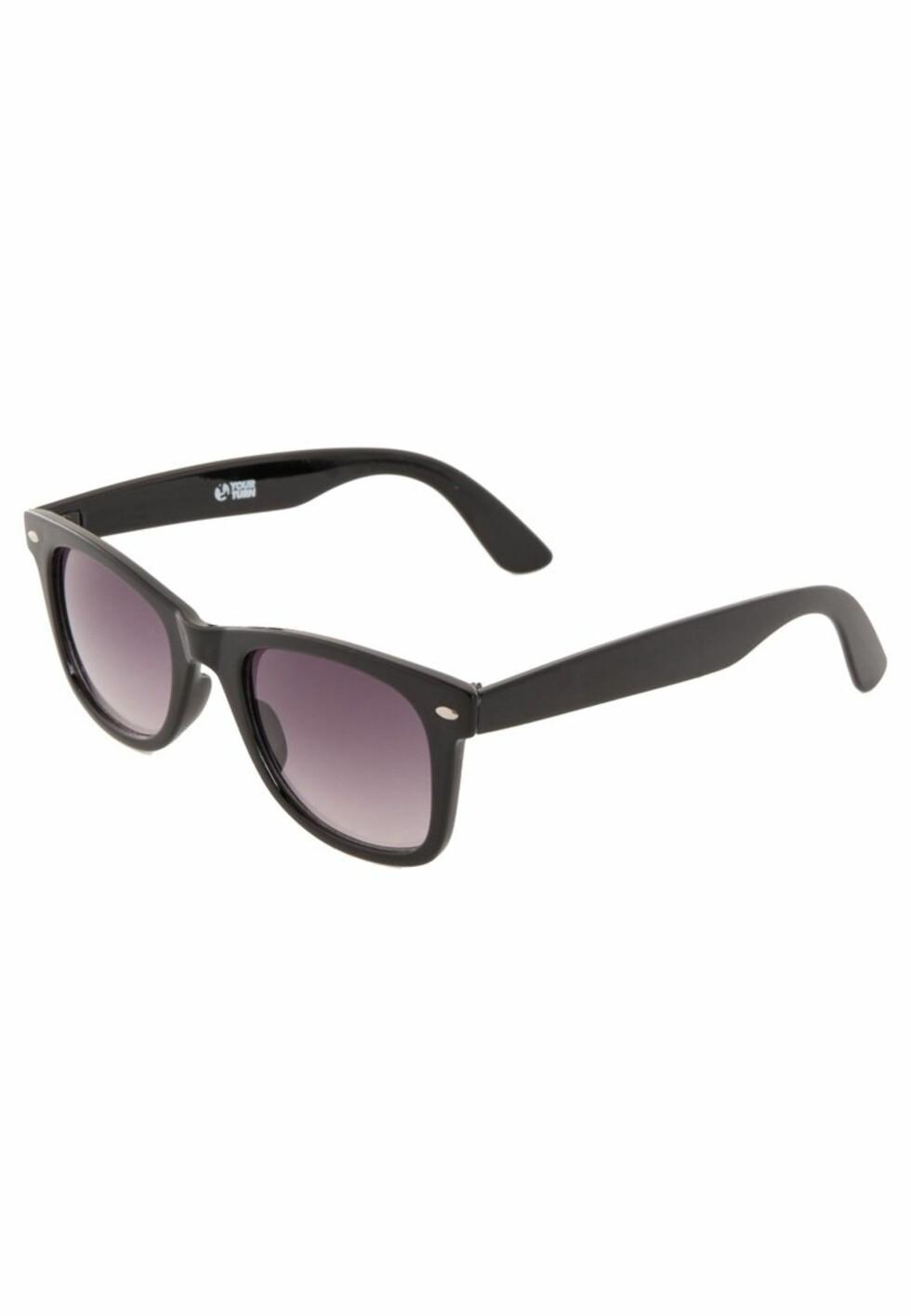 <strong>WAYFARER:</strong> De med rundt ansikt bør unngå runde eller kantete briller - som denne typen. Denne solbrillen passer fint til deg med ovalt ansikt. Foto: Zalando.no