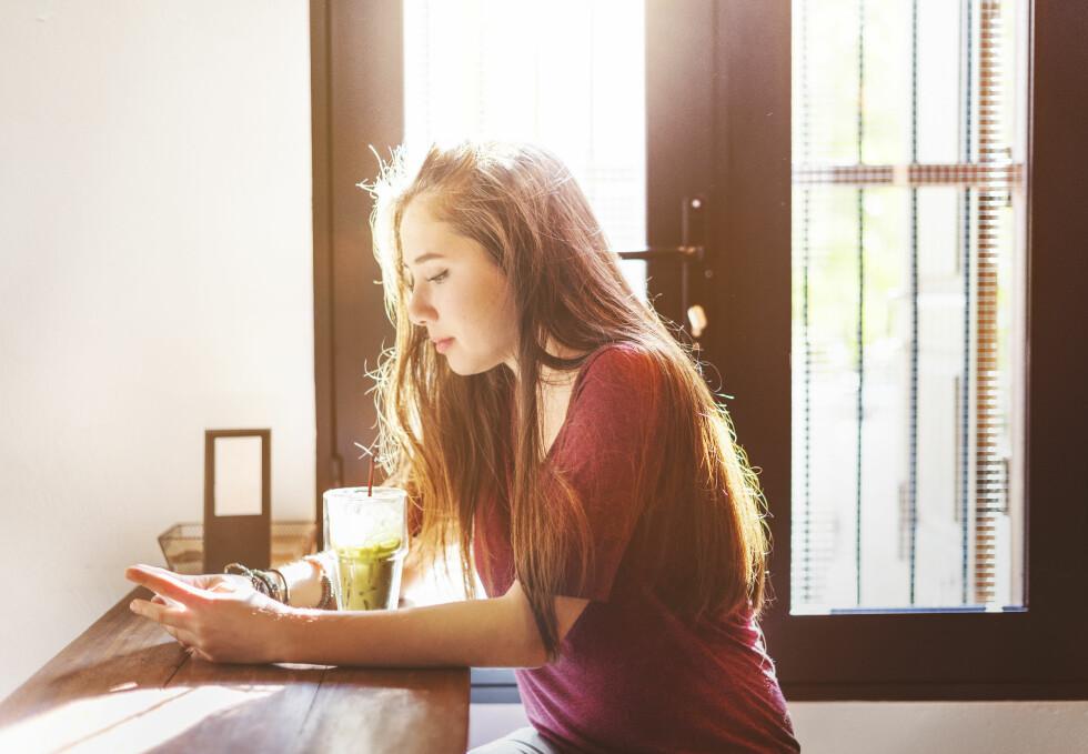 FLERE UNGE FØLER SEG ENSOMME: - Du kan ha mange venner på Facebook og likevel kjenne deg utenfor. Foto: Shutterstock / Rawpixel.com