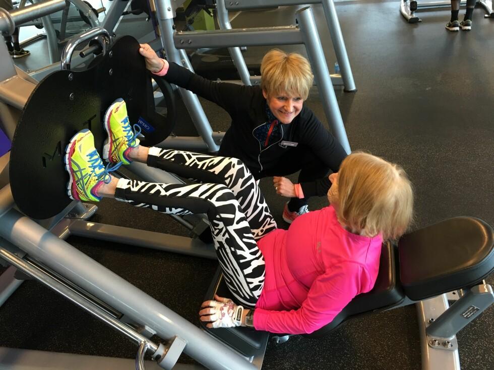 EN INSPIRASJON: Reidun Mansrud tar imponerende 110 kilo i beinpress. To ganger i uken trener hun med PT Linda Ødegaard Tenold, i tillegg til at hun også deltar på gruppetimer to ganger i uken.  Foto:  Foto: Malini Gaare Bjørnstad