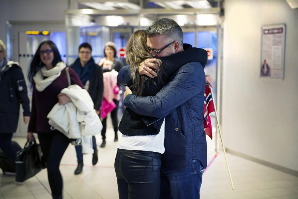 DET FØRSTE MØTET: På flyplassen i Tromsø møtes søskenparet Camilla Johansen og Øyvind Andreassen for aller første gang. Foto: Ingun A. Mæhlum