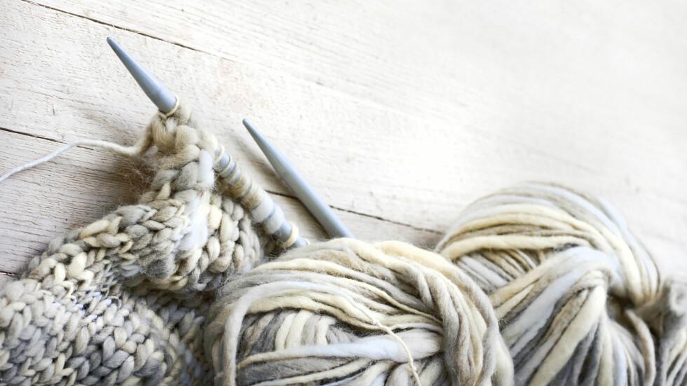 EN HOBBY GIR OSS GLEDE: Visste du at det å ha en hobby, som for eksempel strikking, kan ha en positiv effekt på helsen din? Foto: Shutterstock / iravgustin