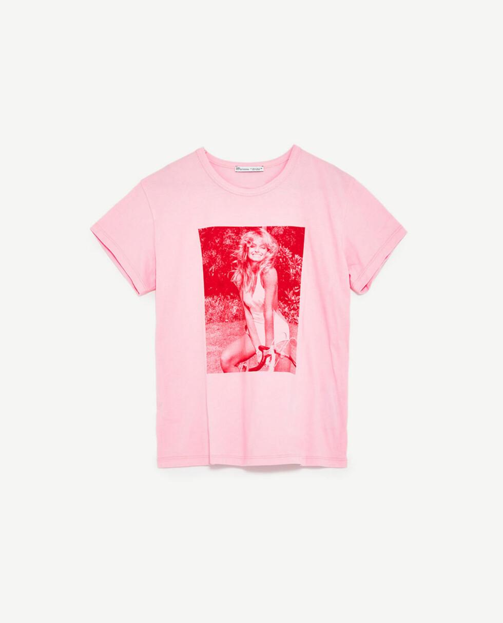T-skjorte fra Zara | kr 169 | https://www.zara.com/no/no/dame/t-skjorter/kort-arm/t-skjorte-med-farrah-fawcett-print-c401008p4573503.html