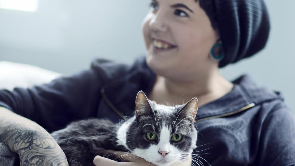 GLAD I DYR: – Et liv uten katt er helt utenkelig for meg. Jeg har hatt to–tre år i livet uten dyr, og det var kjempekjedelig, sier Siba.  Foto: Astrid Waller