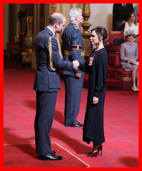 <strong>BUCKINHAM PALACE:</strong> Victoria Beckham mottar sin OBE av prins William. Foto: Pa Photos
