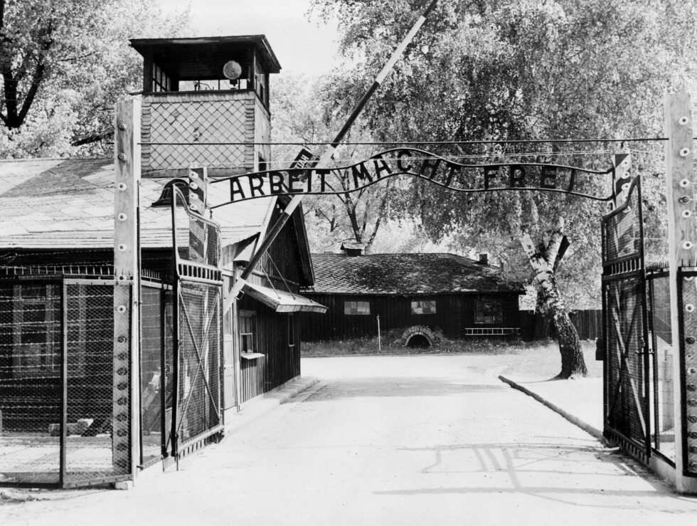 IKONISK: Dette bildet er tatt i Auschwitz rett etter frigjøringen i 1945 og viser det ikoniske inngangspartiet med skiltet Arbeit macht frei - Arbeid gjør fri. Foto:  Foto: NTB Scanpix