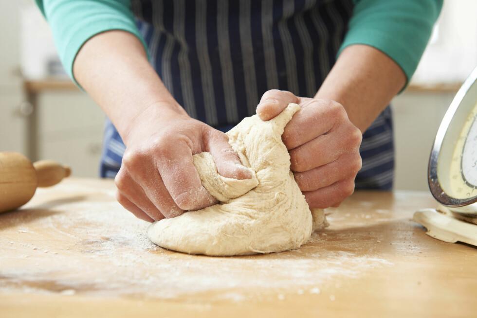 TRENGER IKKE KJØKKENMASKIN: Du kan fint bruke hendene når du baker gjærbakst. Dra, strekk og dunk deigen i benken for best resultat.  Foto: highwaystarz - Fotolia
