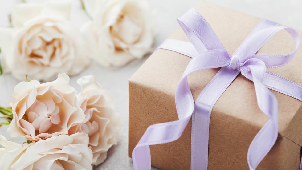 BRYLLUPSGAVE: Hvor mye er det egentlig vanlig å bruke på en bryllupsgave?  Foto: Shutterstock / Julia Sudnitskaya