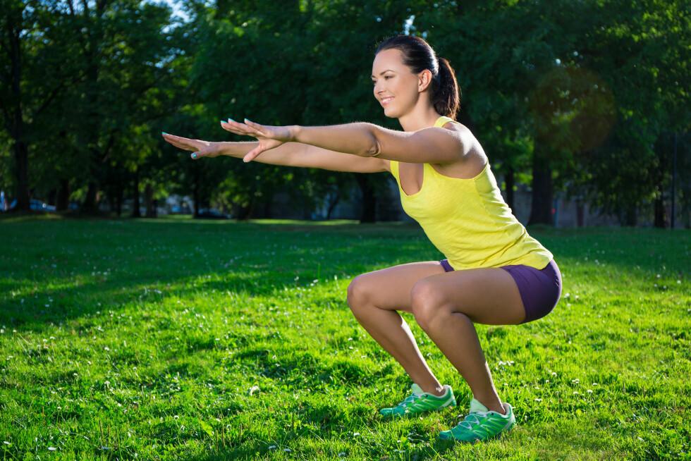 KNEBØY: Ha knærne, tærne og armene rett frem, skyv hofta bak og bøy knærne. Foto: Shutterstock / Di Studio