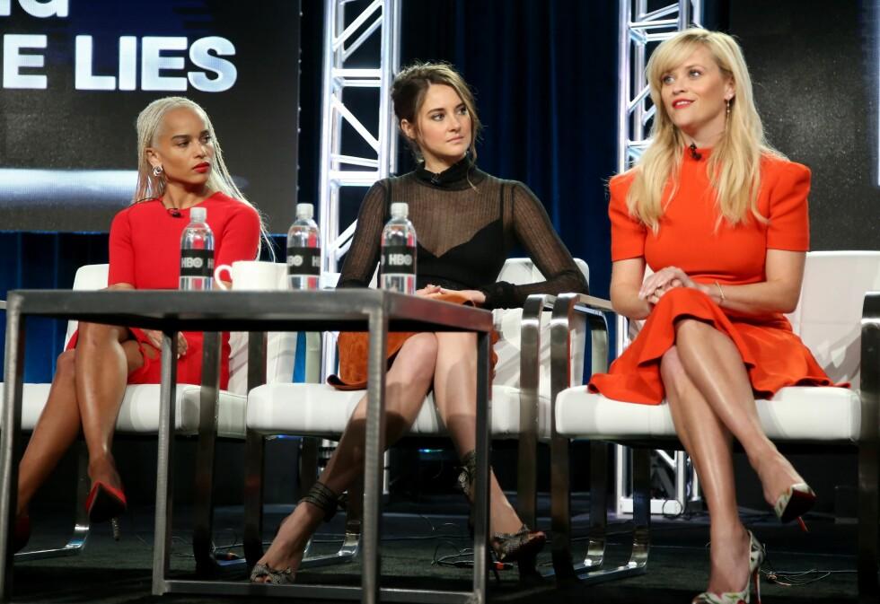 LER AV KRITIKERNE: Reese Witherspoon er både skuespiller og produsent i serien, og fnyser av kritikken som har haglet fra mannlige kritikere. Her med medskuespillerne Zoë Kravitz og Shailene Woodley under en pressetilstelning i Pasadena, California, i januar Foto:  Foto: NTB Scanpix