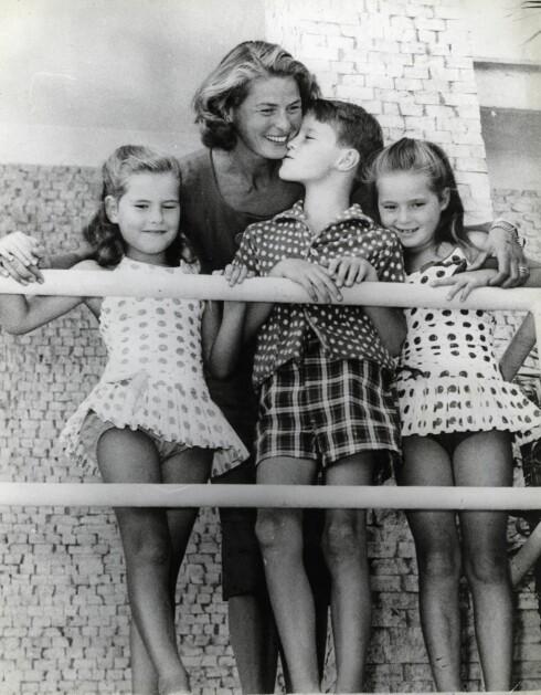BERØMT MOR: Ingrid Bergman og tre av hennes fire barn, tvillingene Isotta og Isabella og sønnen Roberto. Barnas far var den kjente italienske regissøren Roberto Rosselini. Foto: NTB scanpix