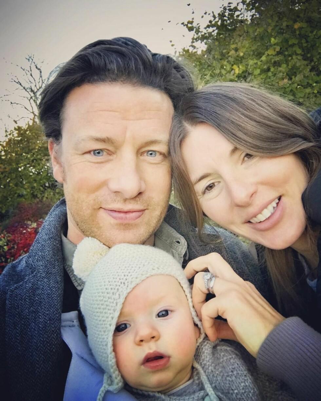 AKTIVE  PÅ SOSIALE MEDIER: Jamie og kona Jools deler raust med bilder av familien på sosiale medier. Her med yngstesønnen River, som ble født i august. Foto: NTB scanpix
