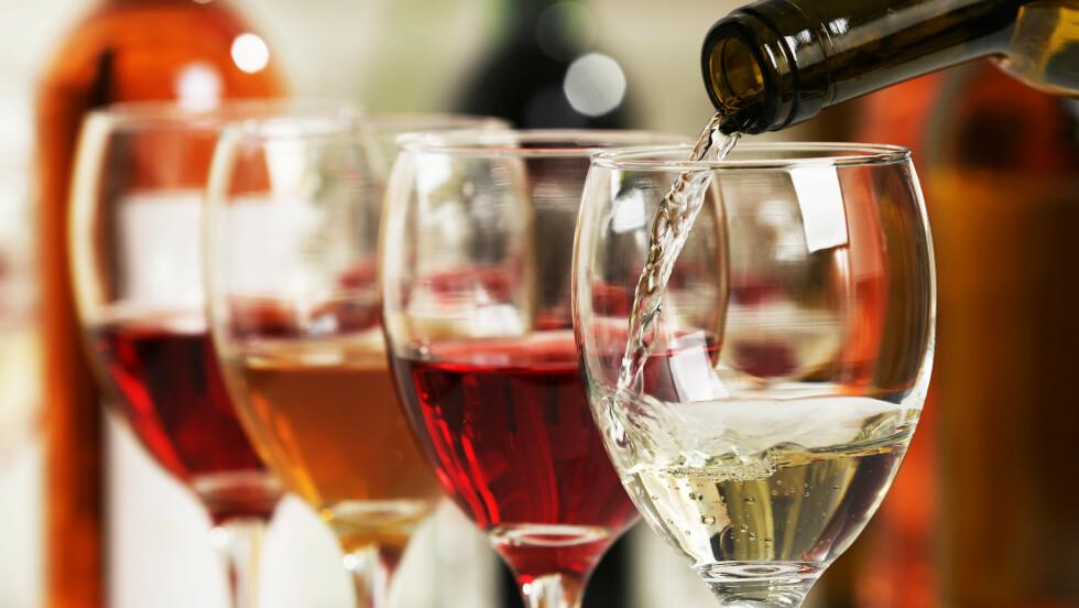 VIN OG ØL: En myte som går igjen er at inntak av vin og deretter øl blir krøll. Men er det egentlig slik?  Foto: Shutterstock / Africa Studio