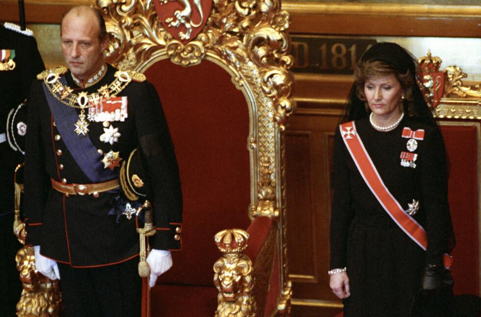 AVLA ED: Kong Harald under edsavleggelsen i Stortinget sammen med dronning Sonja etter kong Olavs død. Dronningen i sort kjole og hatt med sørgeslør. Datoen var 21. januar 1991. Nøyaktig 13 år senere skulle de forøvrig få sitt første barnebarn - prinsesse Ingrid Alexandra.  Foto: NTB Scanpix