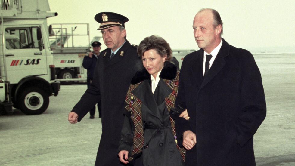 HENTET HJEM: Kong Harald hentet dronning Sonja på Fornebu flyplass 19. januar 1991, etter at hun hadde vært på språkskole i Frankrike. Da hadde de vært et kongepar i to dager. Foto: NTB Scanpix (Knut Snare / Aftenposten)