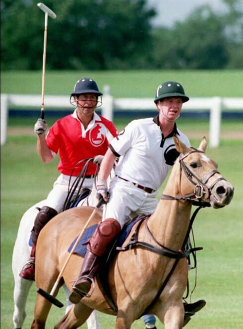 LIKE INTERESSER: Høy kølleføring fra prins Charles, som her er avbildet under en polokamp med major James Hewitt i 1992. De to har visstnok delt mer enn interessen for polo - Hewitt var nemlig prinsesse Dianas elsker på slutten av 80-tallet og begynnelsen av 90-tallet. FOTO: NTB