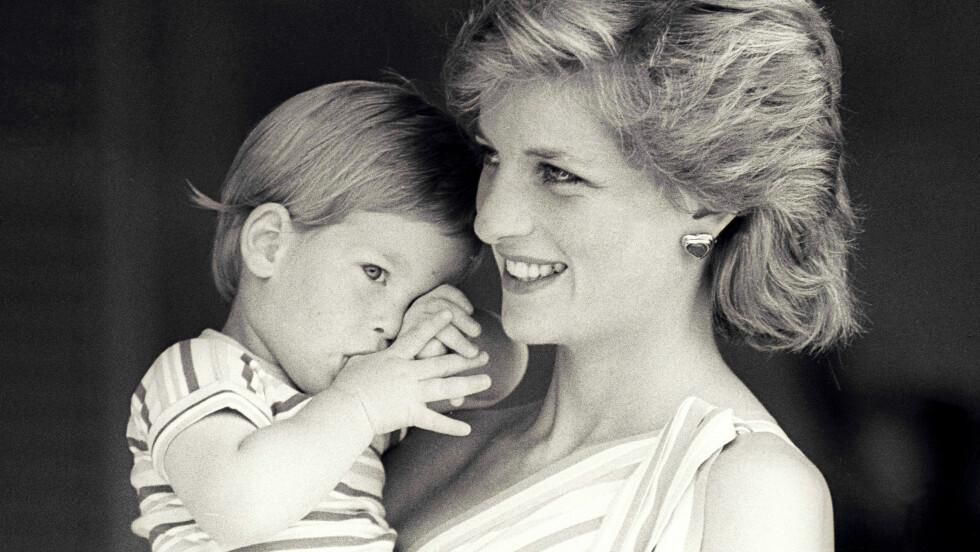 PRINSESSE DIANA UTRO: I 1995 innrømmet prinsesse Diana at hun hadde hatt en affære med ridelærer James Hewitt på 80-tallet. Hun ble skilt fra prins Charles i 1996. Flere har spekulert i om prins Harry kan ha vært et resultat av denne affæren. Bildet av mor og sønn er fra 1988. FOTO: NTB