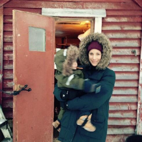 FAMILIEHYGGE: Sønnen Syver og ektemannen Kjetil var med Ingeborg Sundrehagen Raustøl til innspillingen i Nord-Norge. Familien på tre bodde sammen i en hytte Foto:  Foto: Privat