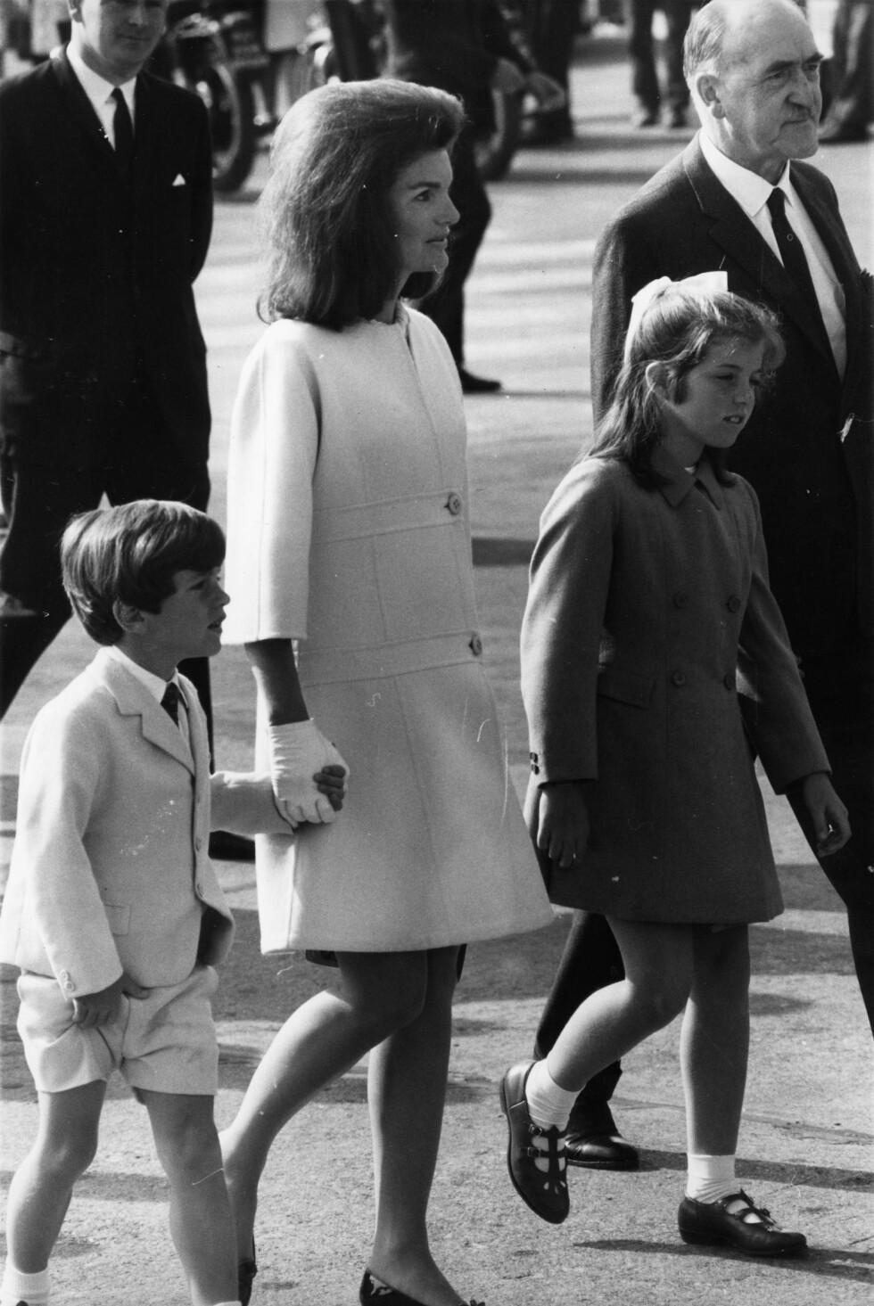 1967: Jackie Kennedy med barna John og Caroline.  Foto: Zuma press