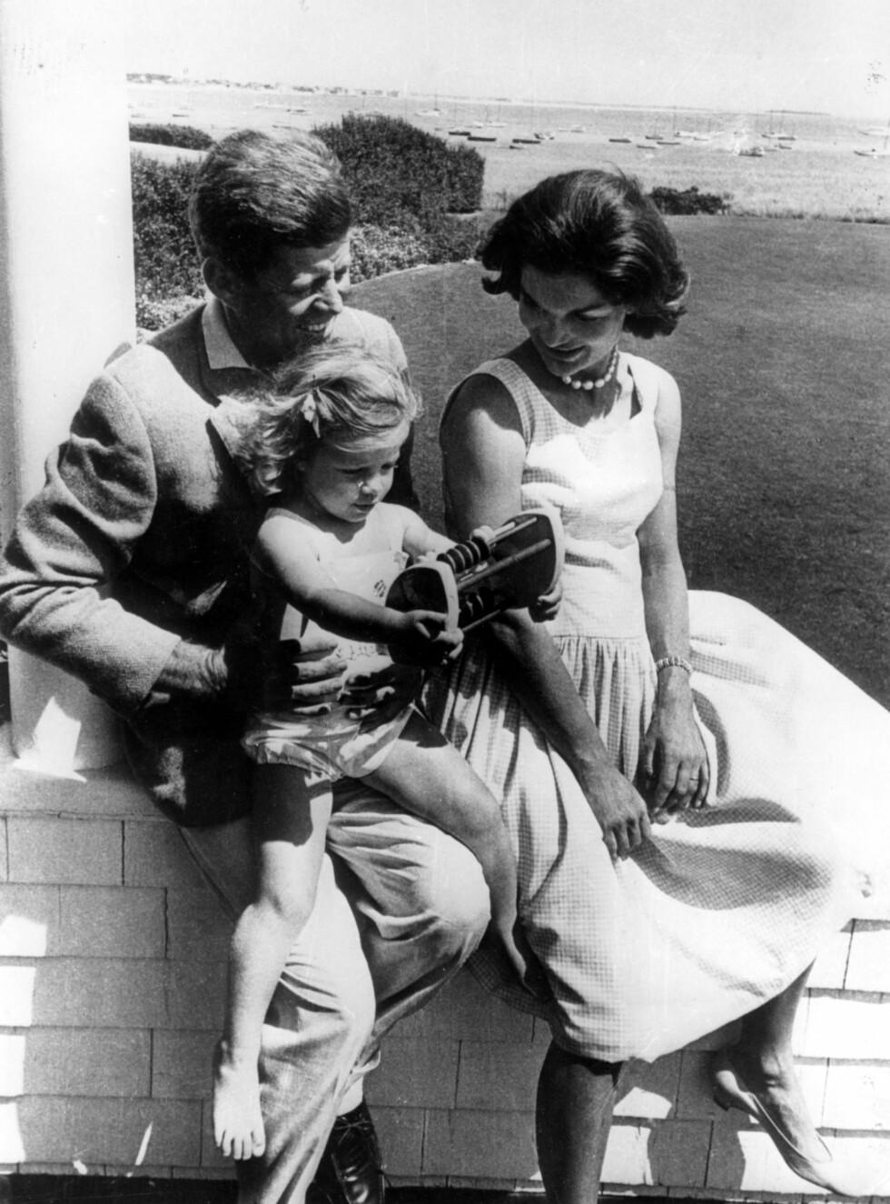 1962: John F. Kennedy og Jackie Kennedy med datteren Caroline. Foto: Zuma press