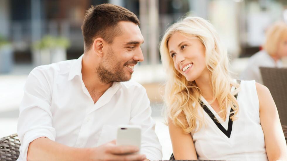 FLØRTER: Flørter partneren din med andre kvinner? Ifølge eksperten er det ganske normalt, da menn gjerne kommuniserer gjennom flørt.  Foto: Syda Productions - Fotolia