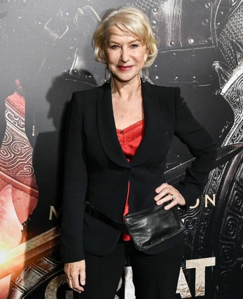 PÅ RØD LØPER: Helen Mirren viser frem rumpetasken sin på premieren av The Great Wall. Foto: Rex Features