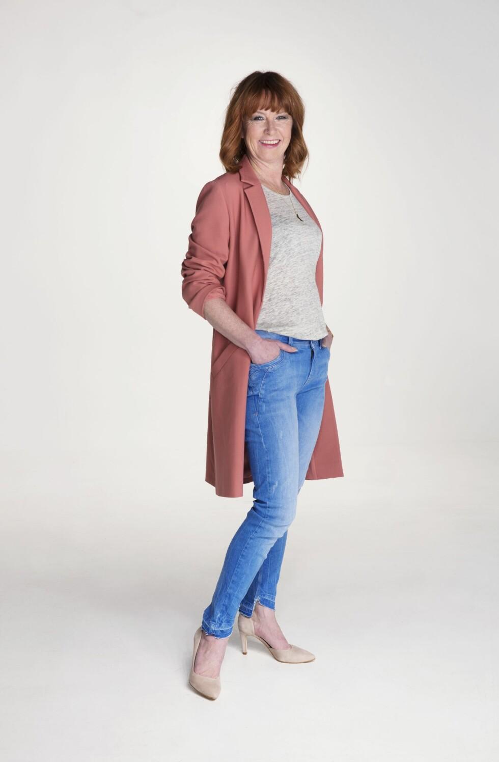 <strong>HVERDAGSKUL:</strong> Rosa kåpe (kr 1800, Halluber), grå trøye (kr700, Elle & il), blå jeans (kr 1100, Pulz Jeans), semskede pumps (kr 1300, Lille Vinkel) og langt kjede (kr 1300, Marte Frisnes). Stylistens tips: Dytt trøya ned i smale jeans slik at midjen og fasongen på kroppen synes. Det blir fint med en rett jakke over. Foto: Yvonne Wilhelmsen