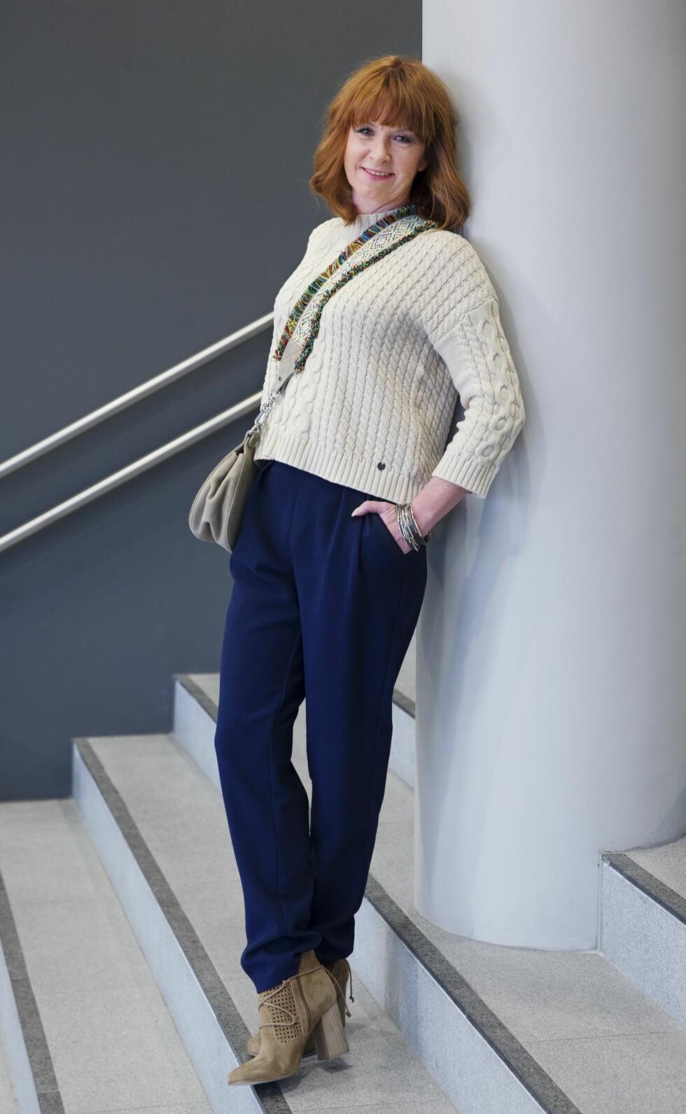 <strong>AVSLAPPET STRIKK:</strong> Blå bukser (kr 300, Gina Tricot), strikkegenser (kr 800, Pulz Jeans), semskede skoletter (kr 1300, Tamaris), semsket veske (kr1300, Unisa), dekorativt armbånd (kr 250, Bjørklund). Et nøytralt og nedtonet antrekk blir mer spennende med en dekorativ veske. Foto: Yvonne Wilhelmsen
