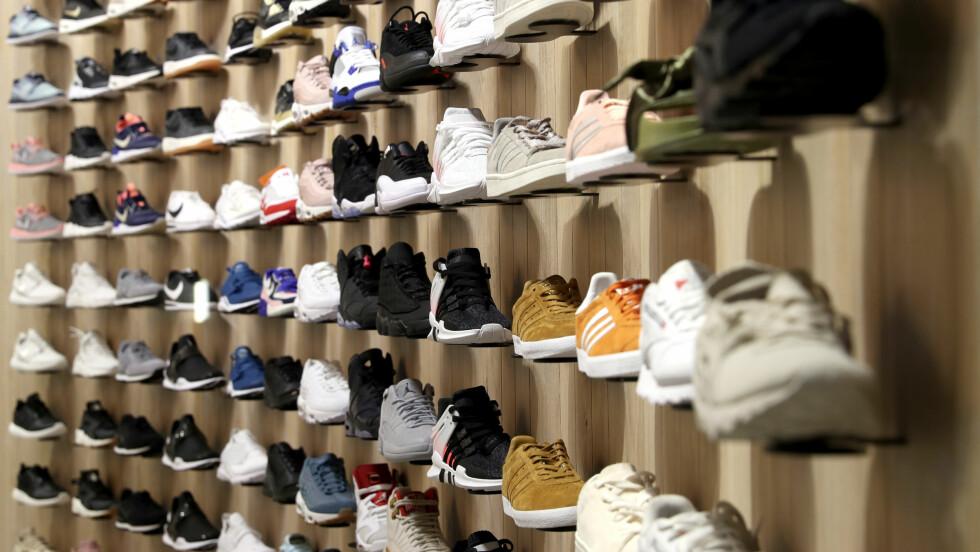 NYE SKO: Husk å sjekke klistrelappen på nye sko før du kjøper. De sier mye om hva slags materiale skoen er laget med. Foto: NTB scanpix