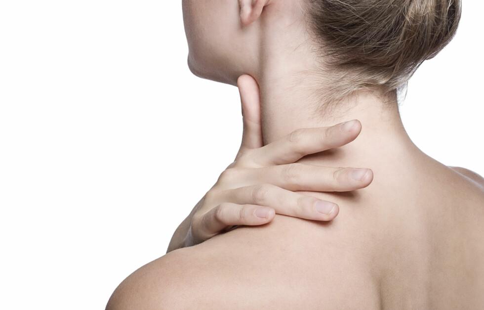 SMERTEFULLT: Stiv nakke og skuldre kan være svært smertefullt. Derfor er det ekstra viktig å styrke denne muskulaturen gjennom trening.  Foto: Getty Images/iStockphoto