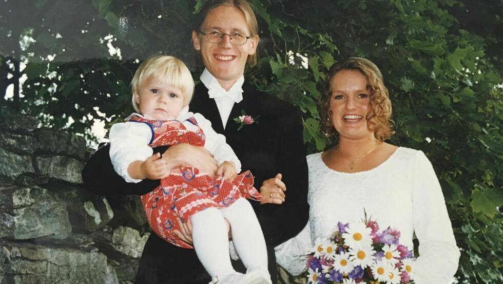 ATTPÅKLATT: Da Torbjørn Dyrud giftet seg med sin Marianne, kunne han holde sin lillesøster Julie på armen. Foto: Privat