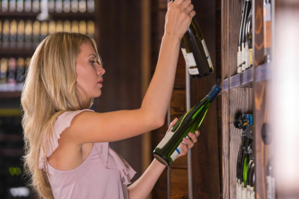 HVITVIN: Lurer du på om hvitvinen er søt eller tørr? Alkoholprosenten kan faktisk være en pekepinn. Foto: Shutterstock / Milles Studio
