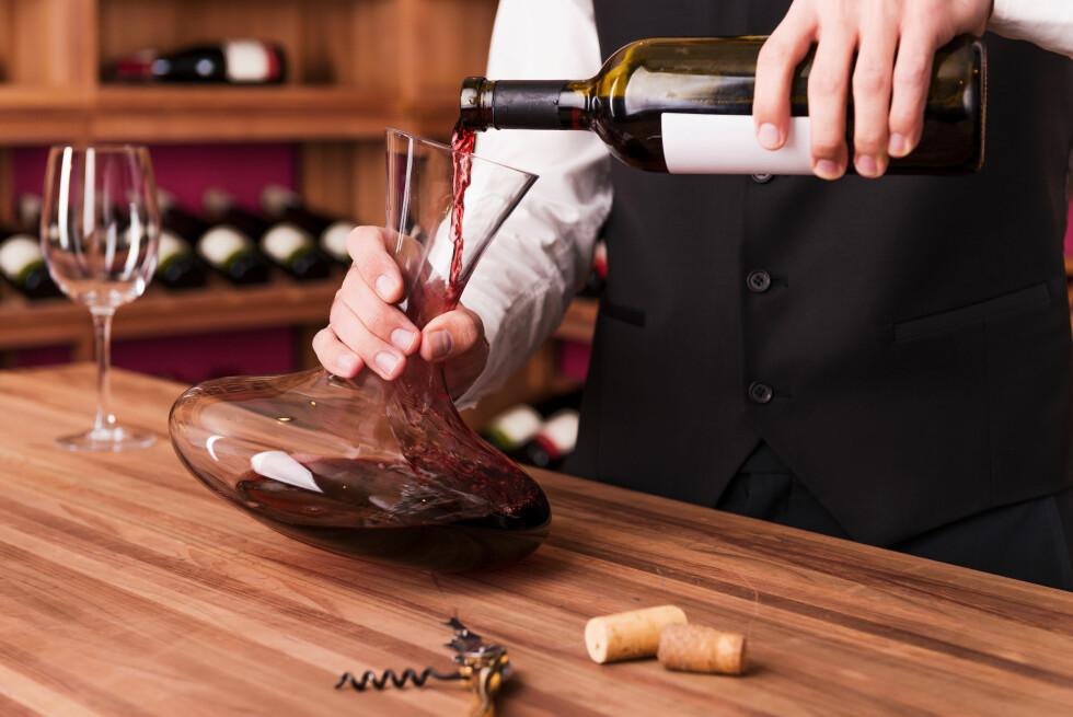 DEKANTERING: Det ser veldig flott ut å servere vin fra en karaffel, men det er slett ikke nødvendig med alle viner. Foto: Shutterstock / g-stockstudio