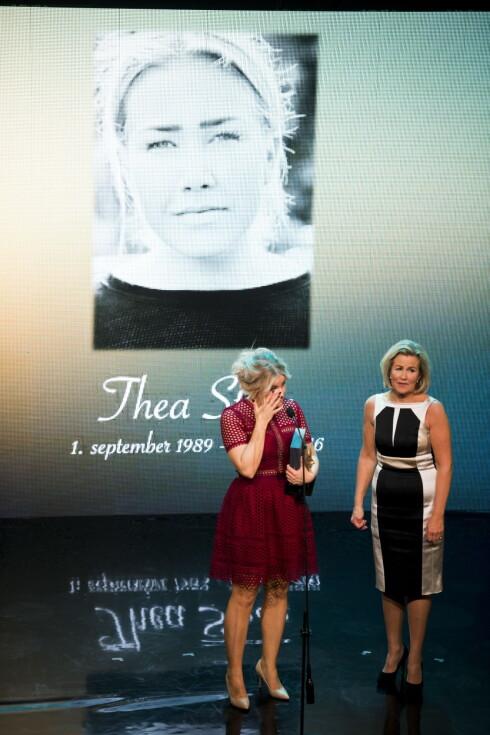 THEA STEEN: Thea Steen fikk prisen «Årets forbilde» etter sin død under Kjendisgallaen i 2016 og Wenche Foss' ærespris på Chat Noir søndag kveld. Her er hun representert ved sin mor Tove Steen og søster Tonje Steen. Foto: NTB scanpix